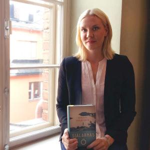 """Johanna Holmström med sin bok""""Själarnas ö""""."""
