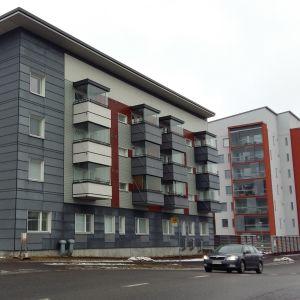 Servicehuset Ratamo i Åbo är ett fyra våningar högst trähöghus, men det nya huset bakom är byggt i betong.