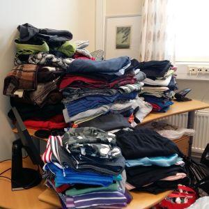 Högar med kläder som donerats för sjukhusets jourmottagning.