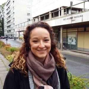 Sabrina Benoit utanför Åbo Akademis byggnad Gadolinia.