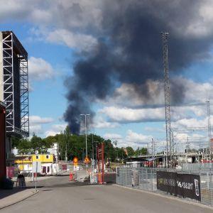 Rök från brand vid Toppå avfallscentral.