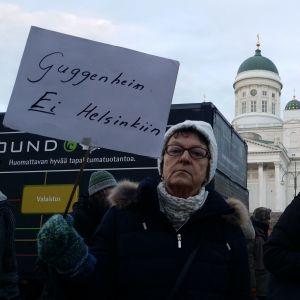 Ritva demonstrerar mot Guggenheim.