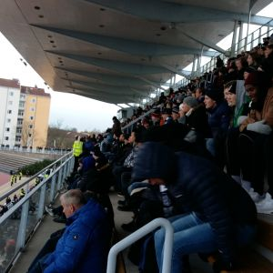 Publiken på Åboderbyt mellan TPS och Inter har varma kläder på, för det är  4 grader.