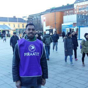 Gweal för sin kampanj utan papper, här på Narinken i Helsingfors.