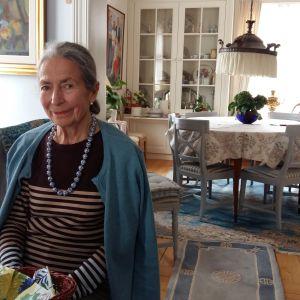 Birgitta Bröckl sitter i fåtölj i sitt hem i Pargas