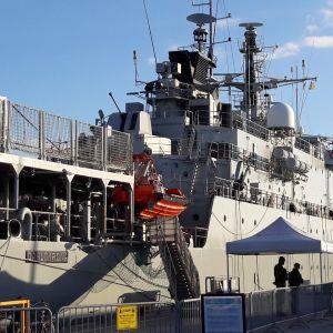 Ett av flottans fartyg ligger vid kajen i Visby.