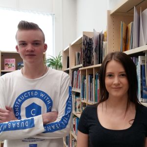 Joar Sabel och Frida Högholm i Korsholms huvudbibliotek inför studentskrivningarna våren 2018.
