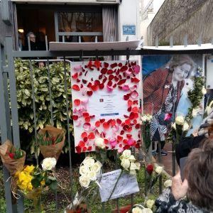 Blommor lades ned framför den mördade kvinnans bostad.