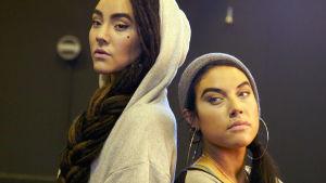 Mimie (till vänster) och Maxida Märak vill sprida samernas kultur via rap.