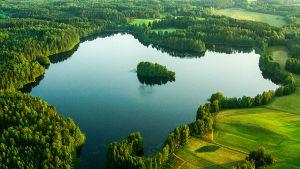 Meidän maamme -sarja lentää eri puolella Suomea kesäisissä maisemissa. Sarjasta esitetään kymmenen uutta jaksoa.