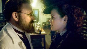 Robert Koch (Justus von Dohnányi) ja Hedwig Freiberg (Emilia Schüle) sarjassa Charité