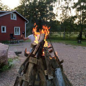 Jontti Granbacka leker att han brinner upp på Aludden i Lovisa