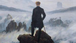En man som betraktar dimman och horisonten.