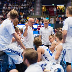 Henrik Dettmann ger instruktioner åt spelarna