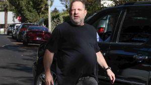 Harvey Weinstein grimaserar illa mot kameran.