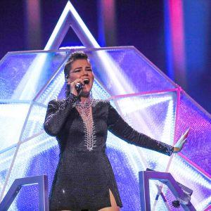 Saara Aalto på Eurovisionsscenen.