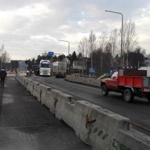 Pojoviksbron i Raseborg repareras och där finns betinggrisar som skyddar fotgängare från bilarna.