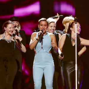 Sandhja uppträder i Eurovisionen.
