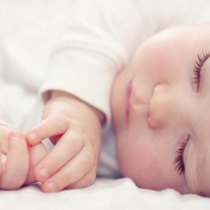 kaunis nukkuva vauva lähikuvassa