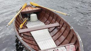 Roddbåt i vatten.