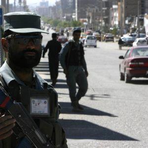 Talibaner som angrep provinshuvudstaden Farah från flera olika håll i natt, befinner sig nu bara fyra kilometer från stadskärnan
