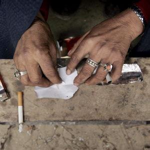 En drogmissbrukare förbereder en dos heroin