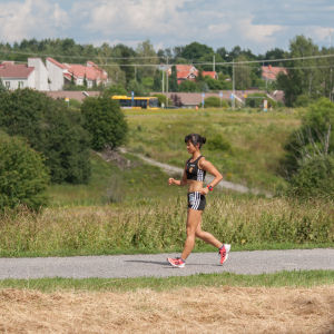 Mikaela Löfbacka går på en gångväg.