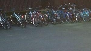 Otso Hultkrantz har fotograferat cyklar ställda i en cykelställning.
