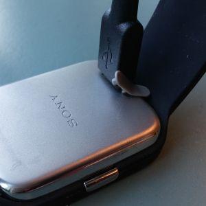 Sony SmartWatch 3:n latausjohto kiinni kellossa.