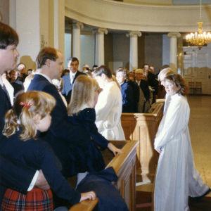 Teologian maisteri Mari-Anna Auvinen Helsingin Tuomiokirkossa pappisvihkimysprosessiossa