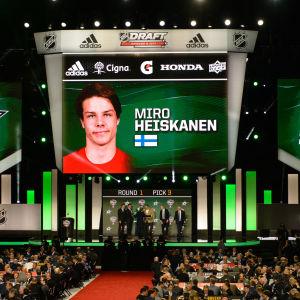 En stor skärm visar Miro Heiskanens namn
