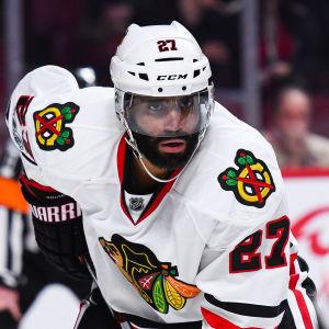 Ishockeyspelaren Johnny Oduya i den vita Chicagodressen.