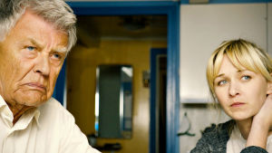 Morfar Johannes med sitt barnban Anna i norska filmen Jakt på vind.