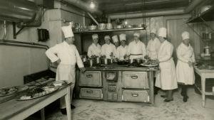 Köksmästare Hanzig med personal i restaurang Königs kök, Helsingfors, 1936.