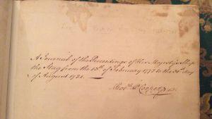 HMS Stagin lokikirjan etusivullla on Robert Cooperin oma allekirjoitus. Hän kirjasi tarkkaan aluksen tapahtumat vuosilta 1778-1781.