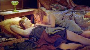 Jean Renoir (Vincent Rottiers) ja Andrée Heuschling (Christa Théret) elokuvassa Renoir