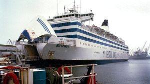 Fartyget Estonia vid kajen med öppet bogvisir.