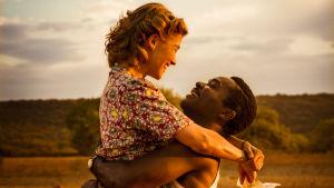 Ruth (Rosamund Pike) i armarna på sin make Seretse (David Oyelowo).