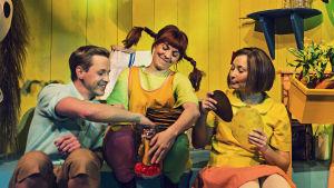 Tommy (Markus Lytts), Pippi (Susanne Marins) och Annika (Carla Fri) har plättkalas.