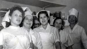Fem kvinnor poserar på sin arbetsplats i restaurang Kappelis kök år 1955.