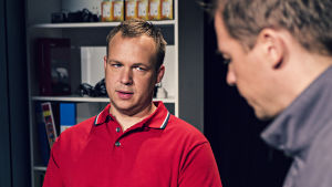 På elfirman. Ägaren Kenneth (Jonas Bergqvist) och praktikanten Fred (Jan-Christian Söderholm).