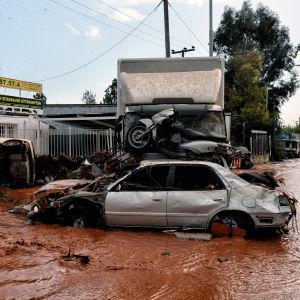 Vatten flödar bland skrot i Aten den 15.11.2017