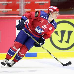 Miro Heiskanen skrinnar på isen.