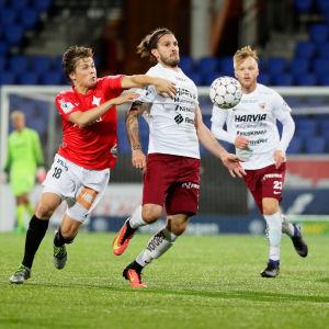 Sasa Jovovic kämpar om bollen