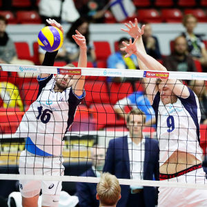 Olli-Pekka Ojansivu och Tommi Siirilä blockerar bollen