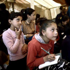 Pakolaislapsia englannintunnilla Kreikassa.
