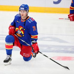 Michael Keränen knästående på isen