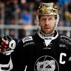 Tomi Kallio med guldhjälm