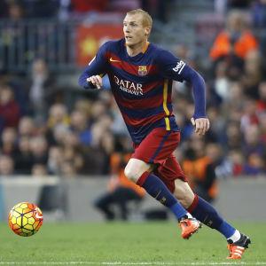Fotbollsspelare springer med boll.
