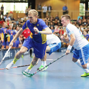 Kim Nilsson tar sig förbi Finlands Tatu Väänänen i en innebandymatch.